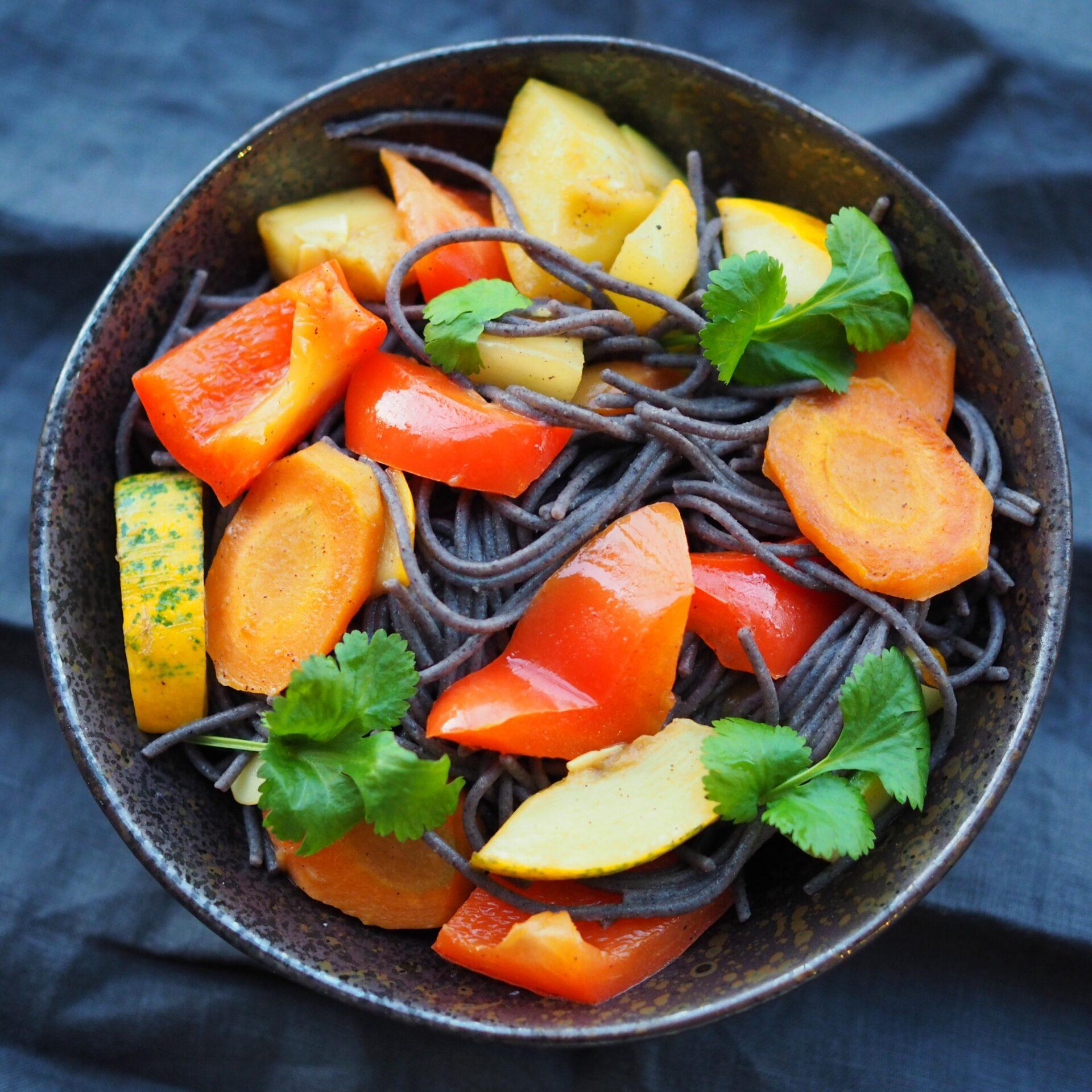 Makaron strączkowy ze smażonymi warzywami